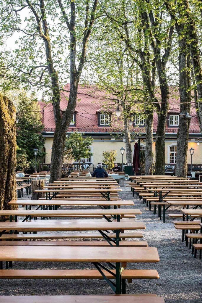 Leere Bänke in Münchner Biergarten
