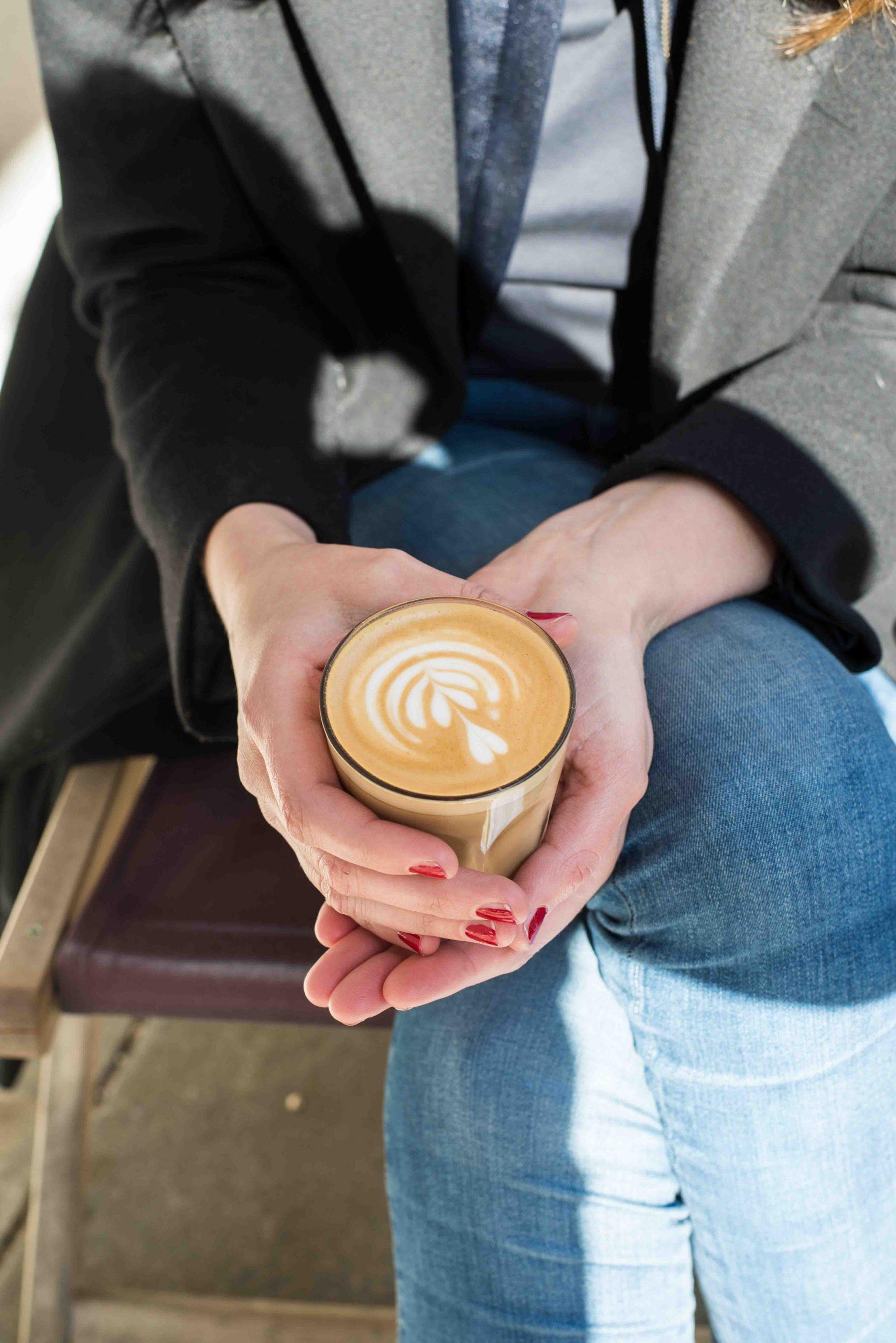 Kaffee trinken am Standl 20 auf dem Elisabethmarkt in München