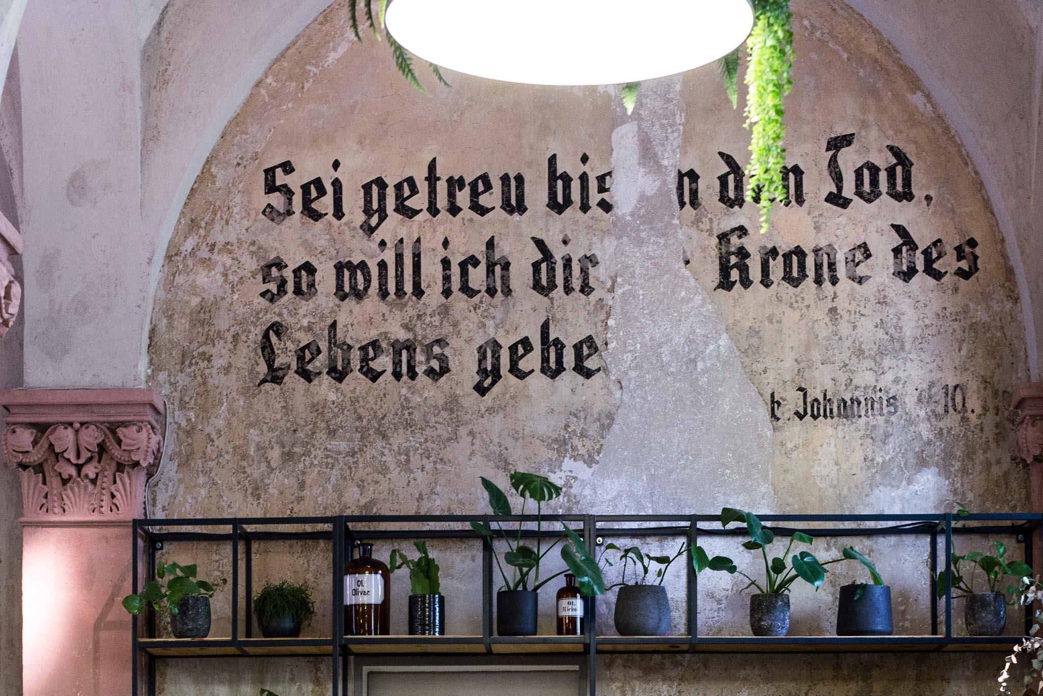 Café in der Friedhofkapelle in Neukölln