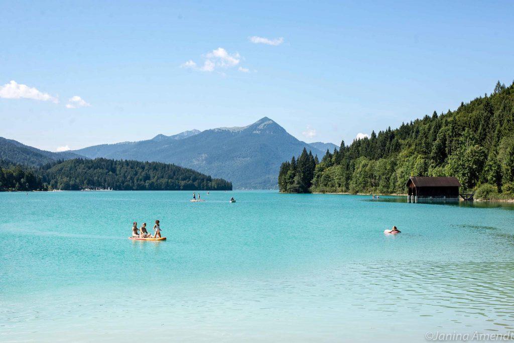 Der Walchensee in Bayern ist ein beliebtes Ausflugsziel