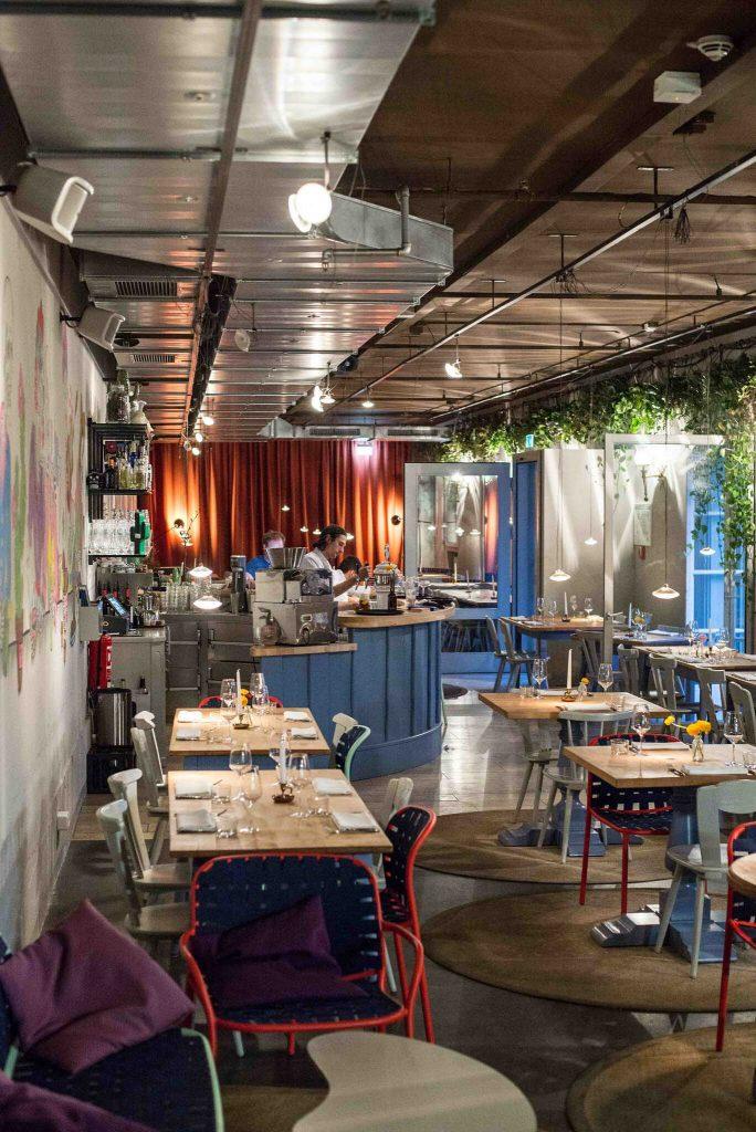 Innenraum des hippen Restaurants Blitz in München