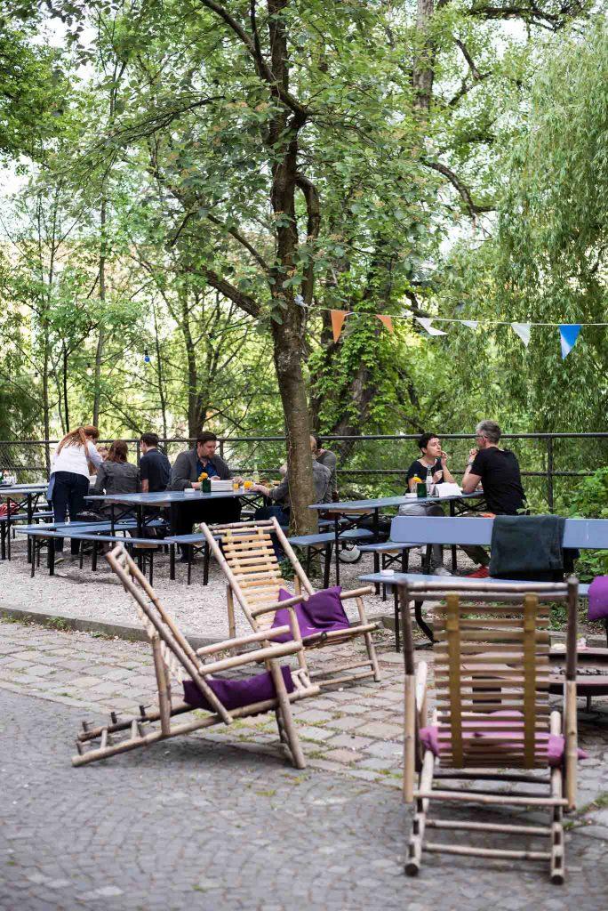 Die begrünte Terrasse des Restaurants Blitz in München