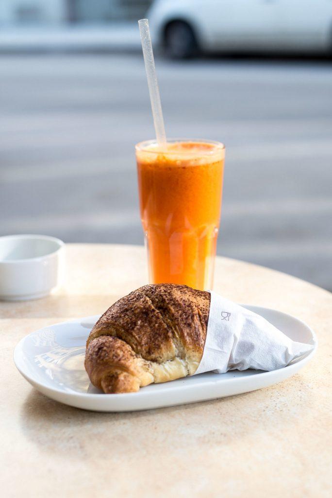 Orangensaft und Cornetto im Café Dinatale